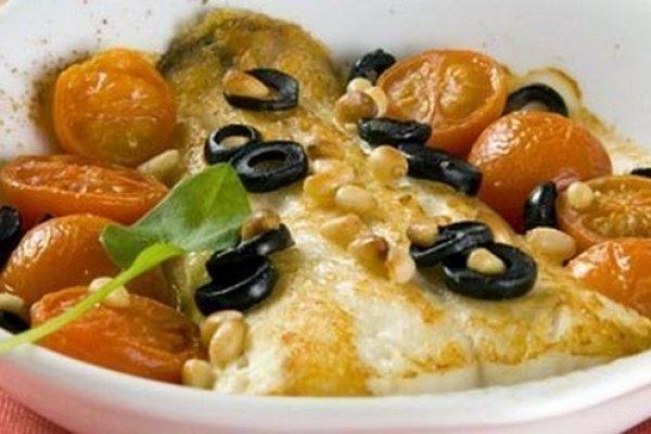 Белая рыба, запеченная с помидорами и маслинами